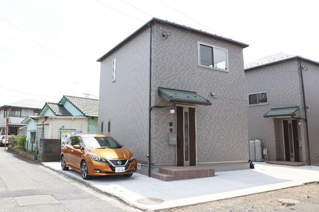 閑静な住宅街に建つ真新しい戸建物件。駐車スペースは十分な広さ|電気自動車を自宅で充電!EV充電設備付きの賃貸物件を取材してきた