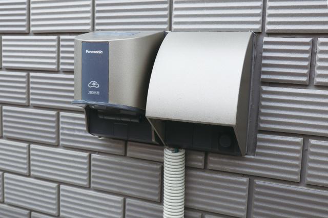 200VのEV充電設備。賃貸で設備されている物件はごく僅かだ。ちなみに一般的な屋外用コンセントはEVへの充電不可!|電気自動車を自宅で充電!EV充電設備付きの賃貸物件を取材してきた
