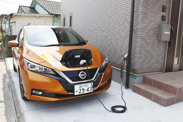 日産リーフに充電ケーブルをつないでみた。ケーブルレス・タイプのコンセントなので、車種を問わないのも魅力|電気自動車を自宅で充電!EV充電設備付きの賃貸物件を取材してきた