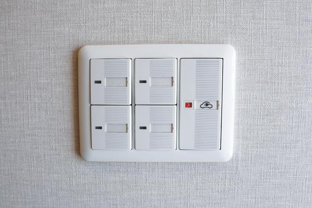漏電や感電などの危険を防ぐため、室内にEV充電ポートのオンオフスイッチがある|電気自動車を自宅で充電!EV充電設備付きの賃貸物件を取材してきた