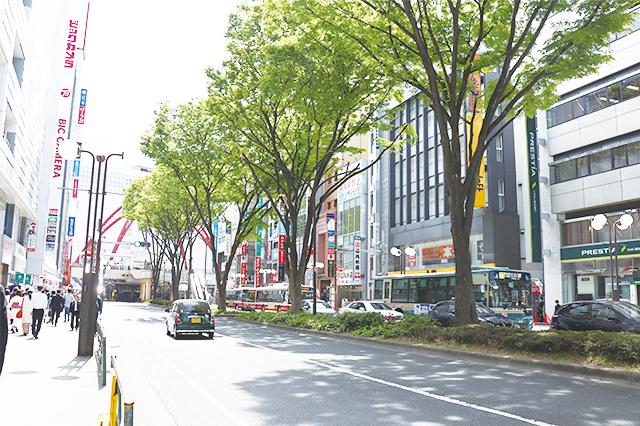 立川駅北口に伸びる立川通り。金融機関や家電量販店、飲食店などがひしめく|立川駅周辺の住みやすさは? 家賃相場・治安など実際に暮らす住人の評価を聞いてきた