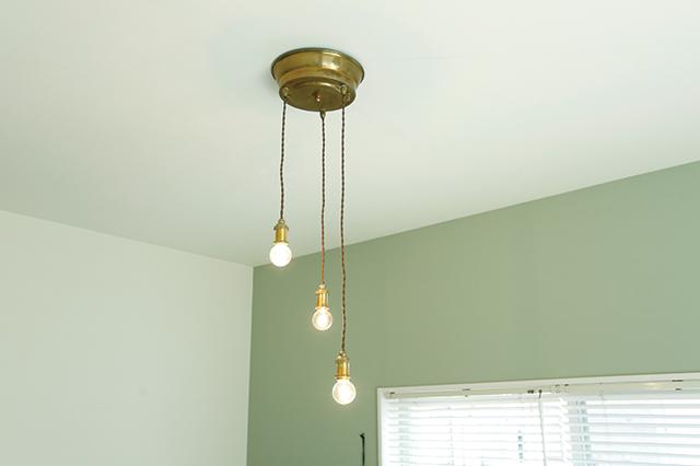 1口で3灯吊りできるライトなら、一人暮らしのワンルームでも挑戦しやすい|賃貸でもおしゃれに!部屋の照明の選び方を整理収納アドバイザー・村上直子さんに聞いてきた