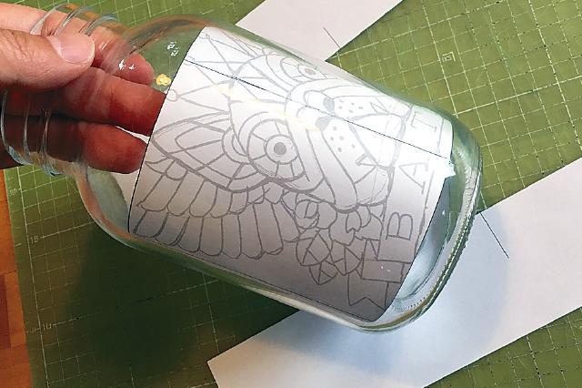 下絵を固定する。瓶の形を見ながら、どこを正面にするのか決めよう|【賃貸DIY】ステンドグラス風ボトルライトを手作り!自分好みの照明を部屋に取り入れよう