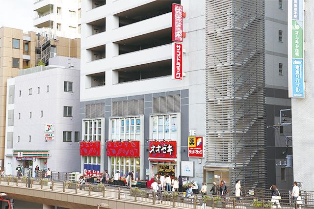三鷹駅南口デッキ直結のスーパー・オオゼキ。1階にはドラッグストアも|三鷹駅周辺の住みやすさは? 実際に暮らす住人の評価を聞いてきた