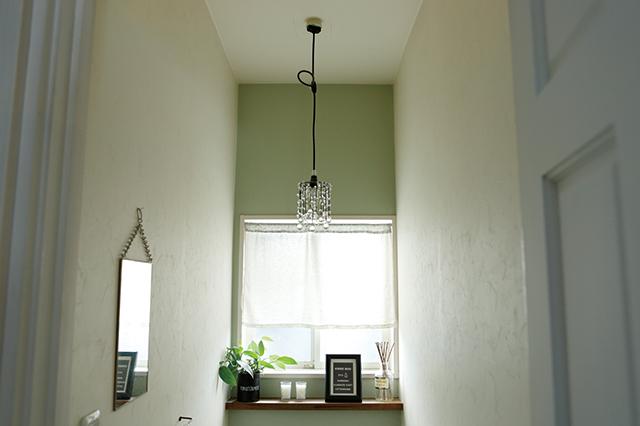 トイレを落ち着いた雰囲気にするなら、電球は40~60Wが適切|賃貸でもおしゃれに!部屋の照明の選び方を整理収納アドバイザー・村上直子さんに聞いてきた
