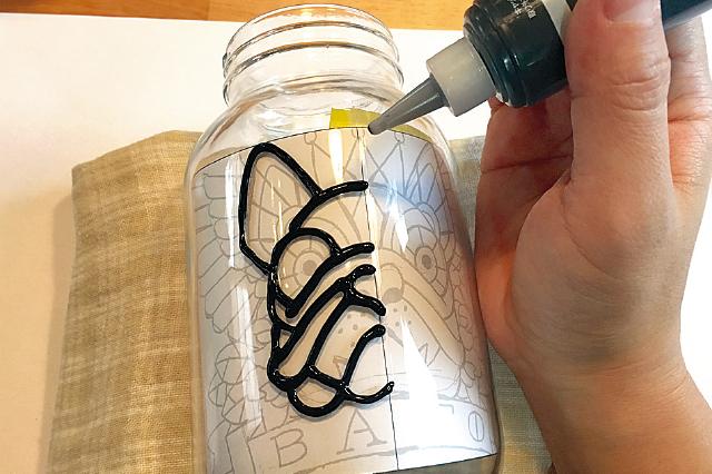 今回は黒線でアウトラインを描いていく。間違ってしまった時は、簡単に拭き取ることができるので安心!|【賃貸DIY】ステンドグラス風ボトルライトを手作り!自分好みの照明を部屋に取り入れよう
