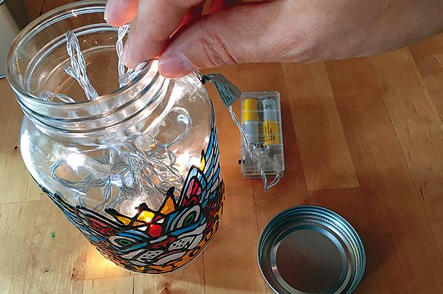 イラストがしっかり乾いたら、LEDライトチェーンを入れる|【賃貸DIY】ステンドグラス風ボトルライトを手作り!自分好みの照明を部屋に取り入れよう