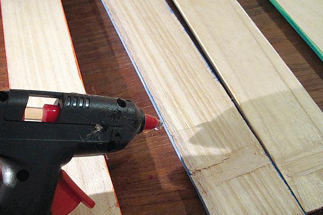 今回は釘を使用せず、グルーガンで接着をしていくので簡単!|【賃貸DIY】100均グッズで簡単&おしゃれなケーブル収納ボックスを自作しよう!