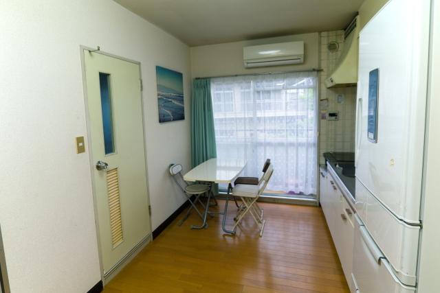 折り畳みテーブルと椅子のみ、という極めてシンプルな空間のダイニングキッチン|物が少なければ掃除もはかどる!家族で快適に過ごすためのミニマルライフ実践術とは?