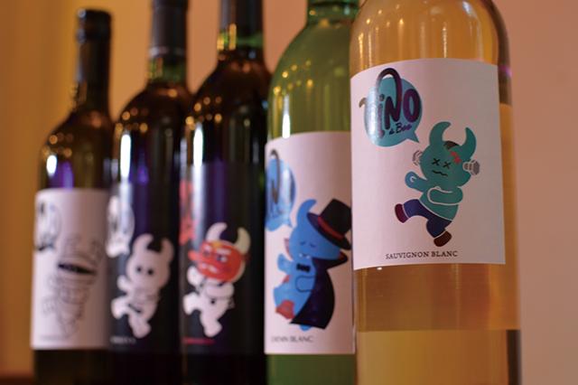 「ボトルワイン」(2,500円~)。後述の高木氏がデザインしたかわいらしいラベルが貼られており、女子に人気。グラスにもキャラクターがあしらわれている(※グラスワインは赤・白ともに400円)|「遊食家Boo」(2k540 AKI-OKA ARTISAN)のメニュー