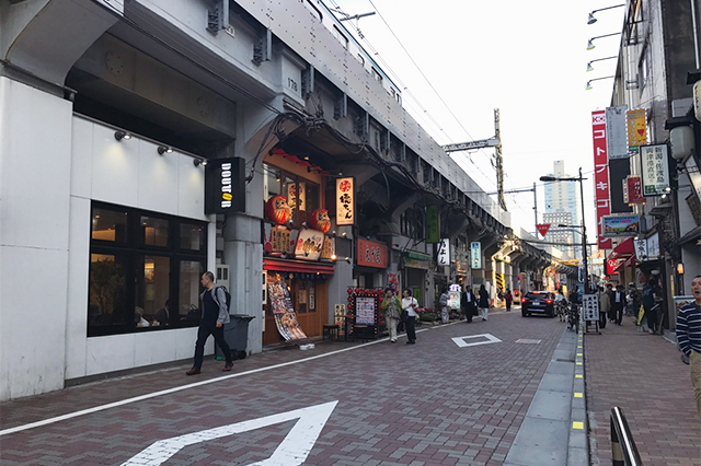 すぐそばに上野アメ横があるせいか、御徒町駅の周りも飲食店が多い|御徒町駅周辺の様子