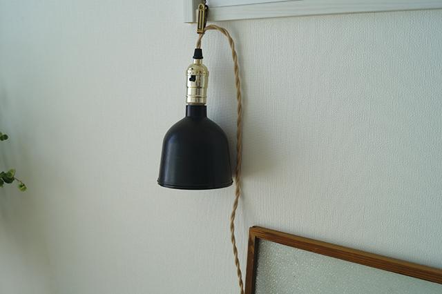 スタンド型は場所を取るので、間接照明ができるようにケーブル型をチョイス。「蛍光灯の灯りが苦手だったので、電球を変えるなどいろんな工夫をしてきました。今は、場所を自由に変えられるコード型の間接照明がベストですね」|インスタで人気!ミニマリストmamiさんに聞く断捨離のコツと快適な暮らしの持ち物とは