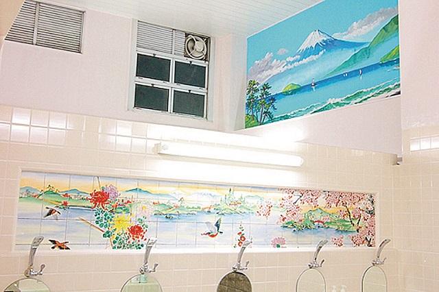 富士の絵も健在。なんともあでやかな気持ちになれる銭湯だ|銭湯JAPAN主宰・神藤啓司さんおすすめの銭湯・金春湯(銀座)