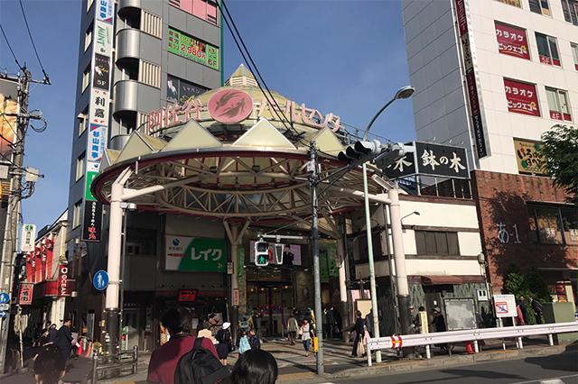新旧さまざまな店舗が軒を連ねるパールセンター商店街|阿佐谷パールセンター商店街の入り口