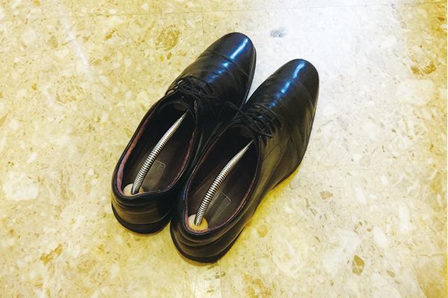 ダイソーのシューズキーパーはバネの力で靴の形を美しく保ってくれる シューズキーパー男性用 (ダイソー) 【100円ショップ・ダイソーの店長オススメ】玄関の整理整頓に便利な100均グッズ5選
