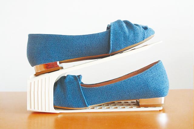 このようにダイソーのカンタン引き出しシューズラックを使って靴を上下2段に収めることができるので、収納量が2倍に! カンタン引き出しシューズラック(ダイソー) 【100円ショップ・ダイソーの店長オススメ】玄関の整理整頓に便利な100均グッズ5選