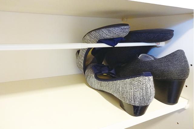 ダイソーのつっぱり棒の上に靴を重ねたら、デッドスペースになっていた棚の上部に、もう片足分の靴が収まった! 白い伸縮式つっぱり棒 約54-90cm (ダイソー) 【100円ショップ・ダイソーの店長オススメ】玄関の整理整頓に便利な100均グッズ5選