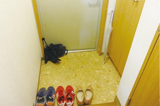 下駄箱にしまいきれず、靴が何足か出しっぱなしに。傘の置き場にも困っている 【100円ショップ・ダイソーの店長オススメ】玄関の整理整頓に便利な100均グッズ5選