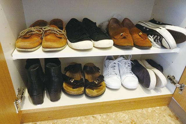 並べきれない靴は、仕方がないので立てて収納している 【100円ショップ・ダイソーの店長オススメ】玄関の整理整頓に便利な100均グッズ5選