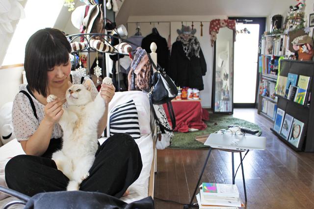 奥行きのある間取り。日差しが当たるところにお気に入りのベッドを配置|【猫との暮らし】中野のワンルームで愛猫と暮らす女性に、ペット可物件を探すコツを聞いた