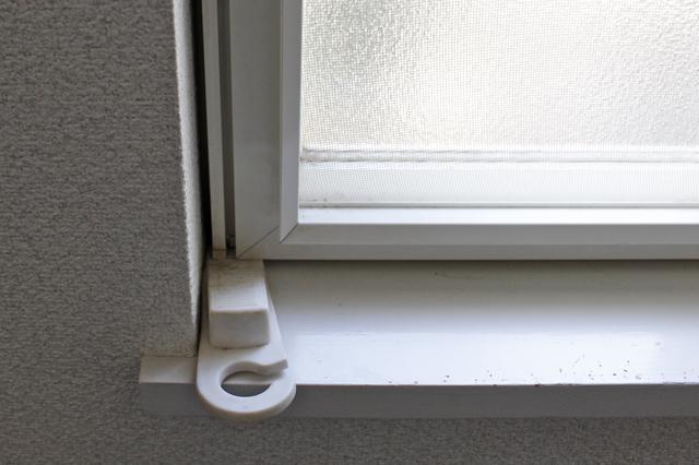 脱走防止対策として、内開き窓にはドアストッパーを挟み、猫が開けられないようにしている|【猫との暮らし】都心から練馬のメゾネット賃貸へ引っ越し。猫が吐かなくなった理由とは?