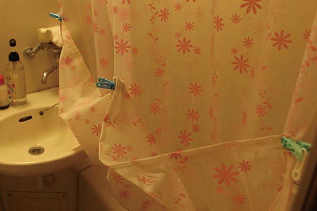 シャワーカーテンを半分に折って乾かす方法も。こうすれば水滴が床に落ちない!|ユニットバスのシャワーカーテンのカビ対策!毎日のお手入れと掃除方法を家事・収納アドバイザーの本多弘美先生と実践