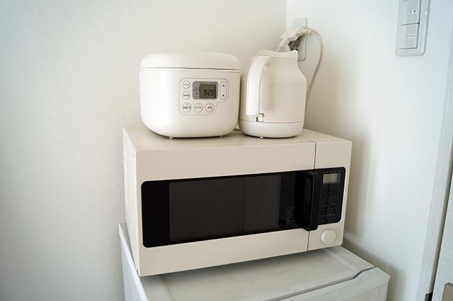 引っ越しで増えたのは電子レンジ・ケトル・炊飯器の3点セットだけ。キッチンが狭くなった分、家電をプラスして利便性をキープ。無印良品のシンプルなプロダクトをそろえた|インスタで人気!ミニマリストmamiさんに聞く断捨離のコツと快適な暮らしの持ち物とは