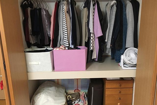 かつて山のようにあった洋服をここまで厳選。左下に見える袋には布団を収納|誰でも今日から実践できる!無理のない断捨離でシンプルライフを送るコツ