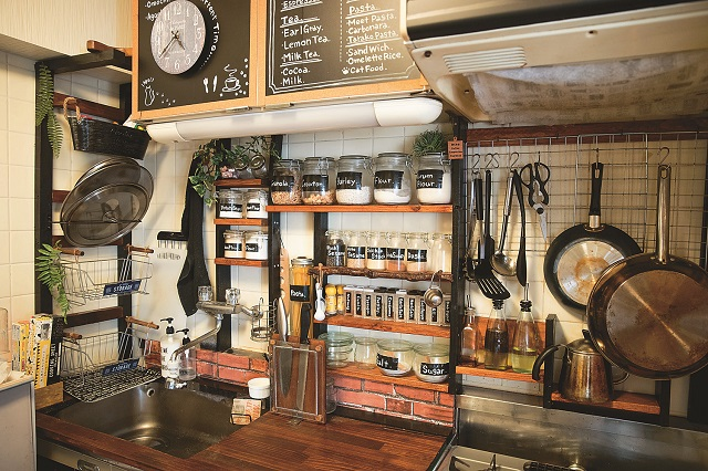 シンプルだったキッチンは、収納を増やしたり壁紙を貼って自分らしくアレンジ。色味を統一すれば物が多くてもおしゃれな印象に|【インテリアコーディネート術】賃貸物件をDIY!男前インテリアな部屋づくりのコツ