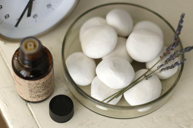 100均グッズで簡単に石膏風のアロマストーンが作れる!|【賃貸DIY】リラックス度UP!100均の石粉粘土で人気のアロマストーンを作ろう