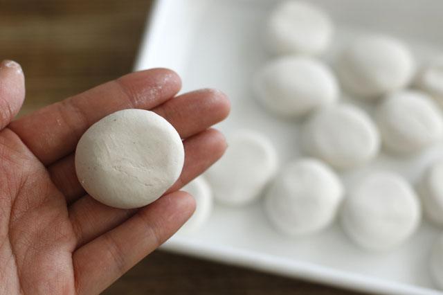 石粉粘土は団子状に丸めてから潰すと形が作りやすい|【賃貸DIY】リラックス度UP!100均の石粉粘土で人気のアロマストーンを作ろう