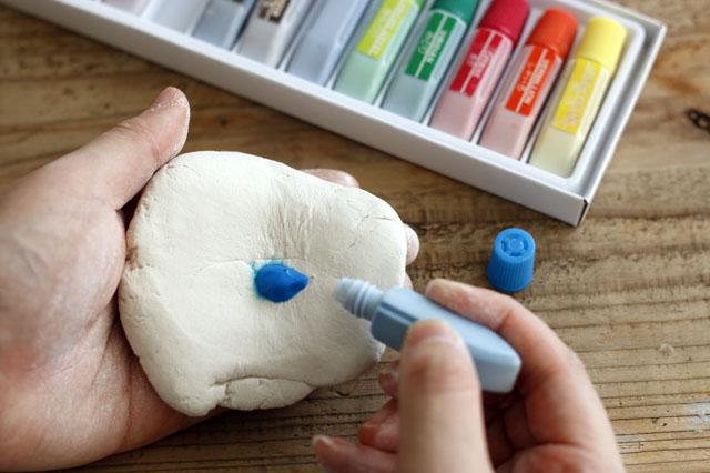 少しの量でも結構色がつくので、様子を見ながら調整しよう 【賃貸DIY】リラックス度UP!100均の石粉粘土で人気のアロマストーンを作ろう