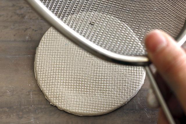 身近なものを使って好きな模様をつけてみよう 【賃貸DIY】リラックス度UP!100均の石粉粘土で人気のアロマストーンを作ろう