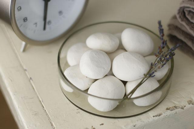アロマストーンと同じ香りのドライフラワーを添えてもステキ! 【賃貸DIY】リラックス度UP!100均の石粉粘土で人気のアロマストーンを作ろう