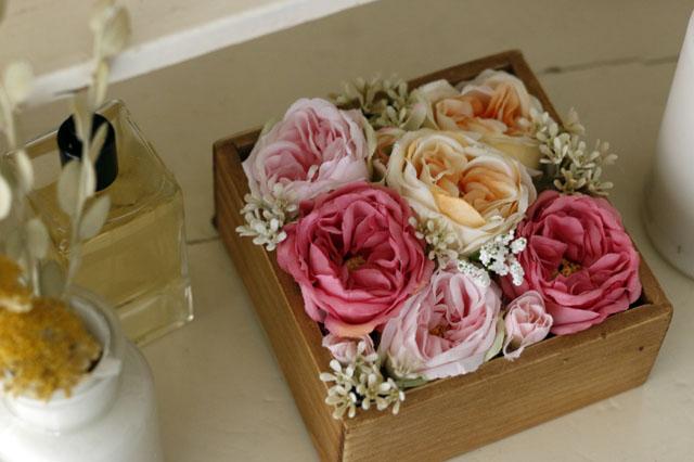 100均の造花でも華やかなフラワーボックスが作れる! ぜひ手作りして、空間と心をほっこりさせよう|【賃貸DIY】 100円ショップの造花で作るフラワーボックスで花のある生活を送ろう