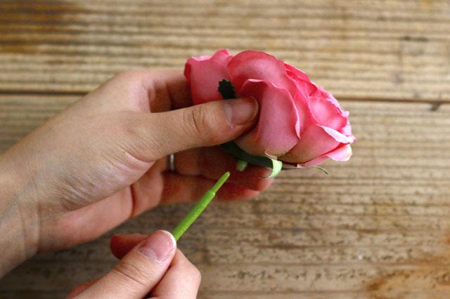 花をおさえて茎を引っ張れば、簡単にはずすことができる|【賃貸DIY】100均の造花でフラワーボックスを手作り!作り方やアレンジも紹介