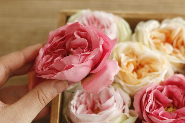 大きい花(メインの花)を入れていく際に、同じ色が隣り合う場合は、少しずらすなどして直線的にならないようにしよう|【賃貸DIY】100均の造花でフラワーボックスを手作り!作り方やアレンジも紹介