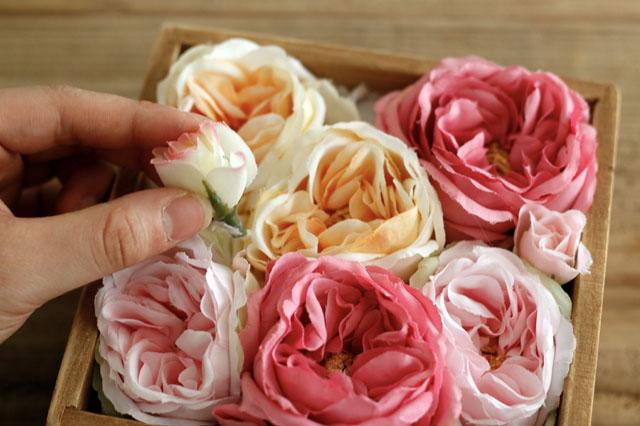 中サイズの花は、「準主役」または「登場頻度の多い脇役」なので、主役より多くならないように!|【賃貸DIY】100均の造花でフラワーボックスを手作り!作り方やアレンジも紹介