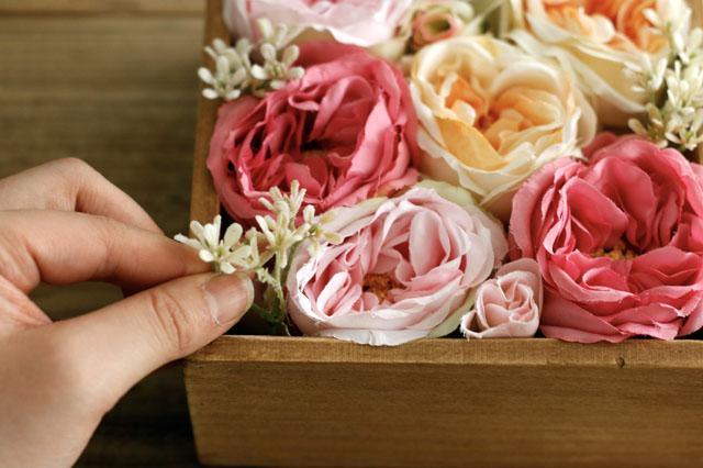 小花は隙間にやさしく差し込むイメージで入れていこう|【賃貸DIY】100均の造花でフラワーボックスを手作り!作り方やアレンジも紹介