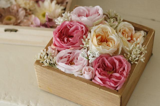 中サイズ・小花も同様にグルーで固定すれば、フラワーボックスの完成!|【賃貸DIY】100均の造花でフラワーボックスを手作り!作り方やアレンジも紹介