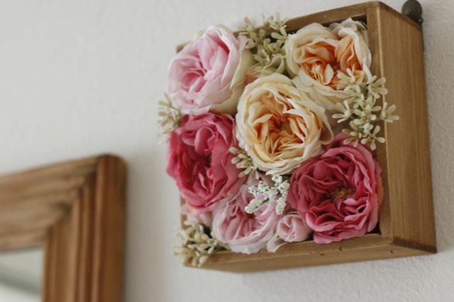 フラワーボックスを紙製の箱で作って、貼ってはがせるタイプの両面テープで壁に固定する方法もある|【賃貸DIY】100均の造花でフラワーボックスを手作り!作り方やアレンジも紹介