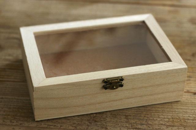 ふた付きのアクセサリー収納ボックスは100円ショップでも購入できる|【賃貸DIY】100均の造花でフラワーボックスを手作り!作り方やアレンジも紹介