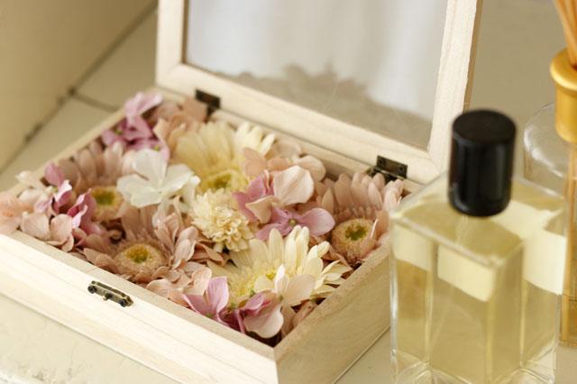 フラワーボックスの花を、ピンク系の花で統一すれば、大人かわいいエレガントなイメージに|【賃貸DIY】100均の造花でフラワーボックスを手作り!作り方やアレンジも紹介