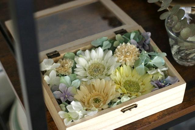 花を白・グリーン・イエロー系でまとめればナチュラルな部屋にぴったりなフラワーボックスに|【賃貸DIY】100均の造花でフラワーボックスを手作り!作り方やアレンジも紹介