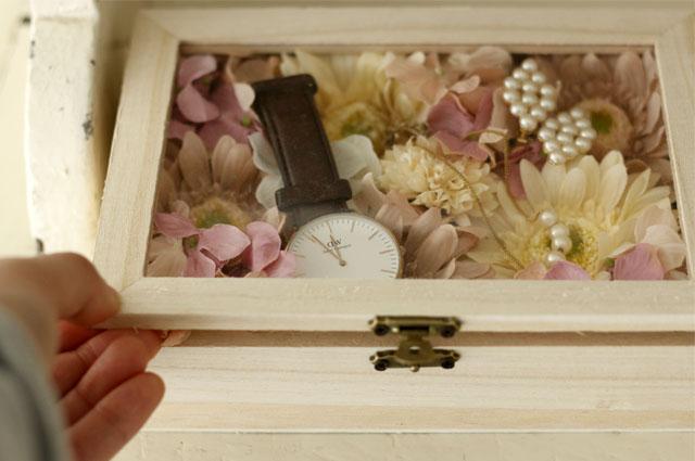 ふた付きのアクセサリー収納ボックスで作ったフラワーボックスに、時計やネックレスなどの小物を収納して、ショップのディスプレイ風に|【賃貸DIY】100均の造花でフラワーボックスを手作り!作り方やアレンジも紹介