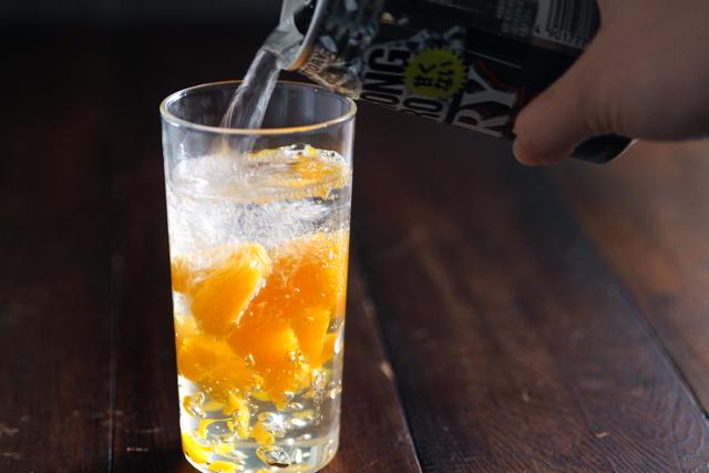 ゼリーをスプーンですくってグラスの半分まで入れ、ストロングゼロを注ぐ|アルコール度数9度のストロングゼロをSNS映えするキラキラ系にアレンジしてみた