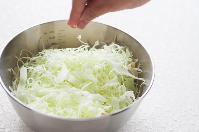 キャベツには塩をふってしんなりさせておく|キャベツと卵のサンドイッチの作り方|【コンビニ飯レシピ】一人暮らしの朝ごはんに!簡単ボリュームサンドイッチ3選