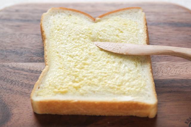からしの量は好みで増量しても|関西風たまごサンドの作り方|【コンビニ飯レシピ】一人暮らしの朝ごはんに!簡単ボリュームサンドイッチ3選