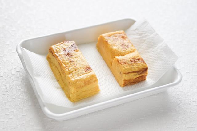 厚焼き玉子は、だし汁が染みているので、表面の水気をとっておく|関西風たまごサンドの作り方|【コンビニ飯レシピ】一人暮らしの朝ごはんに!簡単ボリュームサンドイッチ3選