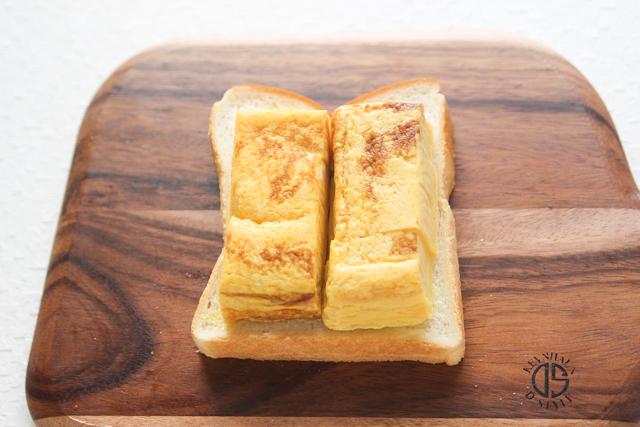 横にカットするので、垂直になるよう厚焼き玉子を配置|関西風たまごサンドの作り方|【コンビニ飯レシピ】一人暮らしの朝ごはんに!簡単ボリュームサンドイッチ3選